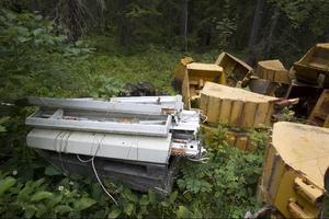 En mängd olika föremål har lagts upp i skogen.