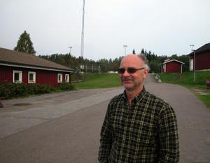 Tommy Rylander är vaktmästare vid Söråkers idrottsplats och har noterat att allt fler ungdomar tycks samlas där på helgkvällar för att bland annat dricka öl.