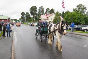 """Den förre färghandlaren i Hammerdal, Börje Edin, hade åter hederuppdraget att vara Joel och leda Joeltåget.  Nils-Erik Söderström från Bispgården var kusk bakom 19-åriga Dennis som är en """"tinker"""", en  irländsk arbetshäst, med förflutet som turisthäst i Dublin."""