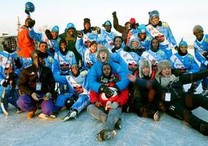 Det somaliska bandylandslagets vedermödor har uppmärksammats stort i svenska medier. Nu gör Fredrik Wikingsson och Filip Hammar en tv-serie och en långfilm om laget.
