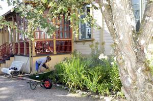 Göthlinska trädgården är öppen för alla. Maria Eriksson håller snyggt på heltid.