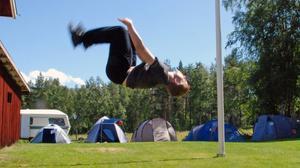 Micah Fryxelius håller i cirkusworkshoparna tillsammans med sin bror.