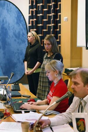 Förhandlingarna leddes på söndagen av riksdagsledamot Roland Bäckman med Jenny Breslin, Ljusdal, som sekreterare. Bakom syns Eva Älander, numera Gävle och Matilda Myhr, Hudiksvall.