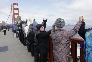 Människor höll hand längs Golden Gate-bron i San Fransisco i protest mot Donald Trumps installation som president.