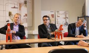 En nöjd Peter Hermodsson, klubbdirektör, flankeras av Ostnors vd Clas Seldeby till vänster och Mora of Swedens vd, Fredrik Skarp till höger sedan bolagen meddelat att de går in med mer pengar i Mora IK.