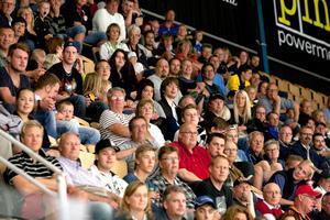 Hockeytown! Jodå, västeråsarna gillar ishockey. Det var fullpackat på stora läktaren i ABB Arena när VIK i söndags gick på is.