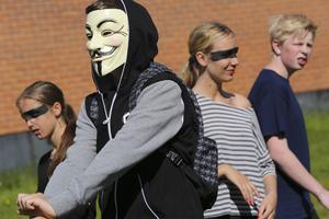 En medlem i Anonymous, en grupp av nätaktivister och hackare, hade letat sig ut från datasalen och bevistade brännbollsturneringen.