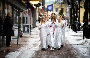 Klass 8D från Forssaklackskolan spred kärlek och julkänsla när de gick luciatåg längs Sveagatan i går.