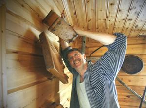 Danne Lööf har fullt upp att montera upp gamla föremål på väggarna.