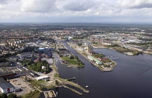 Flygbild över Gavleån och mynningen. Från 2011.
