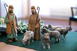 För att få fåren naturtrogna har Jerker Brodén sotat dem. Det är han som gjort alla djur till julkrubban med Ralph Öberg gjort de mänskliga figurerna. Foto: ANNAKARIN BJÖRNSTRÖM