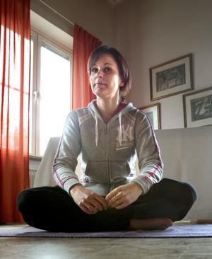 Instruktören. Ingela Hallgren beskriver Ashtanga Yoga som en av de mest fysiskt krävande formerna av yoga. Det handlar om ett flöde av dynamiska rörelser som genom koncentrerad andning renar och stärker kroppen såväl fysiskt som mentalt.
