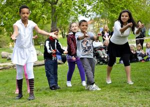 Dansanta. Ungdomarna bjöd på dans på gräsmattan intill Hällefors torg.