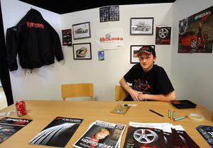 Adam Lundqvist är intresserad av bilar. Att han hamnade på Solings däck- och bilservice passade därför perfekt. Fast jag vill inte hålla på med det när jag blir stor. Jag vill bli lastbilschaufför, säger han.