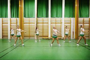 Innan basketmatchen tränar tjejerna i Jamtland cheer på en dansrutin.