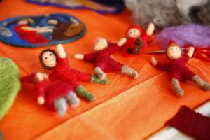 Tomtar kan se ut på många olika sätt och bara fantasin sätter gränser för vad man kan skapa med tovad ull.
