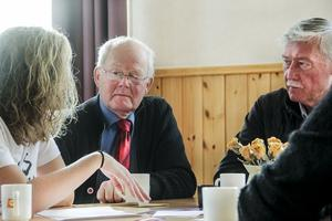Stig Norell från Morfjärd i Maråker i diskussion med Alexandra Gard, ordförande i barn- och utbildningsnämnden.