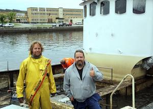 Ägarna Magnus Ahlsén och Tomas Lindbom gör tummen upp efter att Kattegatt är uppe över ytan igen.
