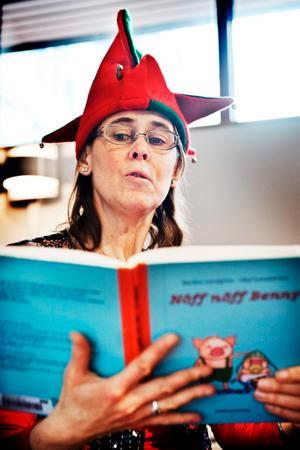 Sagokvinnan Anna Windolf Johanson arbetar till vardags som förskolelärare och håller regelbundet sagostunder på biblioteket.