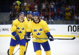 Nicklas Bäckström i Tre Kronor. Här med Filip Forsberg.