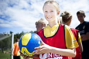 Emilie Mickelsson tycker att det roligaste med hela fotbollsveckan är att träffa kompisar och att spela i lagsport.