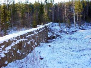 Det är monumentala byggen minst sagt, dammarna i Åsjöbäcken i norra Hässjö. Den största är 100 meter lång av huggen sten och tre meter hög vid öppningarna för dammluckorna.(foto Lars-Göran Åhlund)