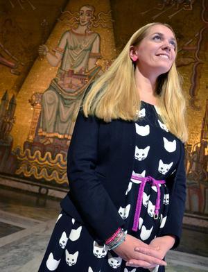 Johanna är ödmjuk inför miljön i den Gyllene salen.