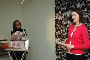 SPÄNNANDE. Kultursekreterare Katrin Hellers (till höger) tyckte att det var ett mycket spännande arbetssätt att låta konstnärerna Carina Gunnars ( på bilden) och Anna Kindgren undervisa på Högbergsskolan.