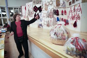 Många vackra handarbeten ska byta ägare den här kvällen, visade Lilian Hjort.