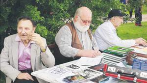 Vid originalfestivalen i Fågelsjö i juli 2005 signerade Åke Mokvist (mitten) böcker och höll föredrag. Vid sin sida hade han Wille Thoor och Ludde Rönnberg. Två original som finns med i boken