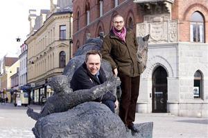 Museichefen Daniel Wetterskog och chefen för Cesam, David Widén, tycker att den planerade Darth Vader-statyn kan få ersätta Sörköraren på torget i Örnsköldsvik.