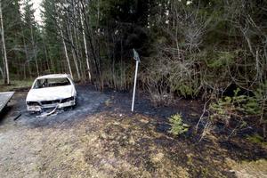 Ett område av skogen intill bilen har också brunnit. Räddningstjänsten arbetade ungefär en timme på platsen.