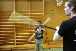 Andrew Morton visar Robin Yildiz hur stavkonsterna ska utföras under onsdagens cirkusskola.