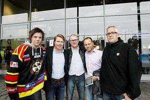 Brynäs cyklande Sundsvallssupportrar Johan Asp, Torbjörn Åberg, som körde följebil, Lars Humble och Erik Sandberg tog emot av Andreas Dackell, två från vänster, som väntade med cider vid Läkerolen.