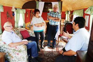 Åke Wikström samt Arne och Ulla Johansson från Funäsdalen tittar in i den romska husvagnen och berättar om minnen de har från möten med romer för Erland Kalderas.