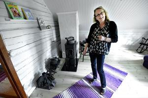 I vindsrummet har Maggie Sjöströms strykjärns-samling fått en plats. De är tunga i gjutjärn, vackert sirade, placerade på strykugnar som fungerade som värmeplattor.