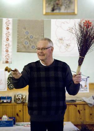 Auktionisten Pelle Nyberg håll tempot uppe under auktionen.