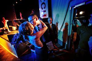 Ashley Tott, Nordicvibe får en grattiskyss av hustrun Johanna efter att ha vunnit priset Årets entreprenör.