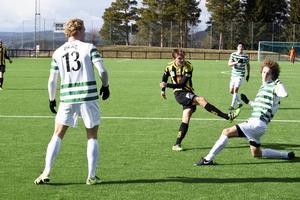 Här skjuter Rasmus Engström målet som gav nykomlingen Friska Viljor tre nya poäng i norrtvåan.