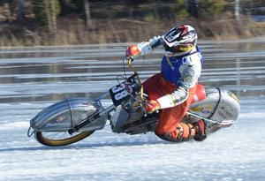 Göran Lindmark var en av isracinggubbarna som gasade friskt på Multens is.