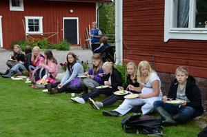 Lunch. Eleverna fick äta skolmaten utomhus under temadagen.
