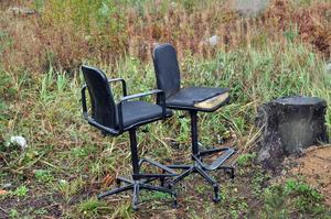 SITTPLATSER: Bland skräpet som lämnades vid Untrakilen fanns möbler som de här stolarna.
