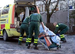 Ambulandspersonal tar hand om 40-åringen.