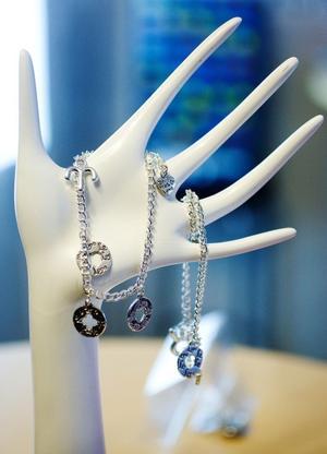 Till salu: smycken som köparen själv får designa. Bakom den företagsidén står unga företagare.