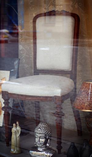 Omklädd stol i skyltfönster. FOTO: Lovisa Granberg