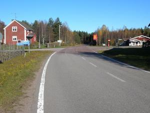 Vägen genom Bingsjö ligger öde. Tacka för det. Alla som kan är ute i älgskogen och jagar.