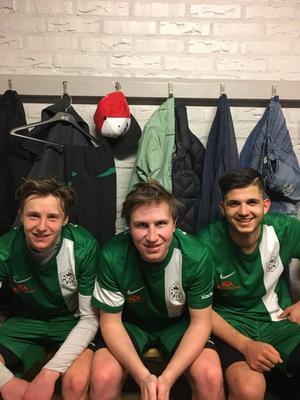 Yttermittfältaren Erik Niss Jonsson, mittbacken Martin Henriksson och anfallaren Emran Ibrahimi i omklädningsrummet.