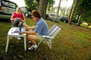 Det är trevligare att sitta ute och spela, så Mari och Pia Christian har övergett bilen för ett medtaget bord med stolar. För att ändå kunna vara med och meddela om det blivit bingo håller Pia hårt i sin tuta.