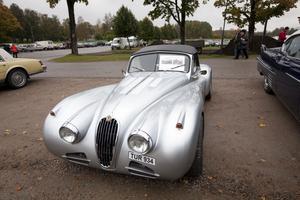 Den här Jaguar XK 140 med 370 hästkrafter, från 1957 var bara skrot när den började renoveras. Nu är det en helt annan bil.