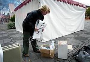 Foto: LARS WIGERT Kampanjstopp. Tina Sandin, samordnare för Ja till euron i Gävleborg, berättar att de avbröt kampanjen när de fick höra vad som hänt Anna Lindh.